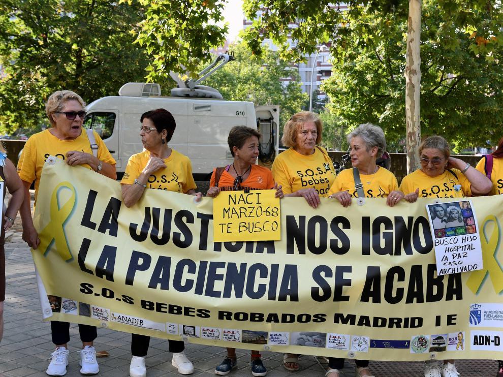 Miembros de la asociación S.O.S. Bebés robados, a las puertas de la Audiencia Provincial de Madrid.