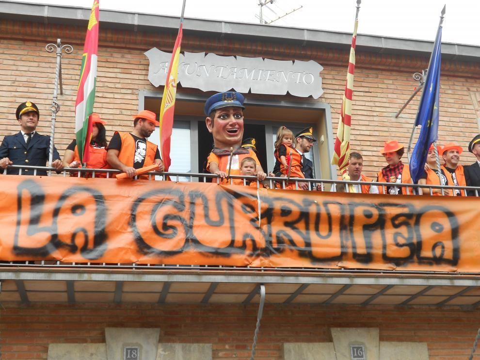 La peña 'La Gurrupea' durante el pregón y con el cabezudo que ha regalado al municipio.