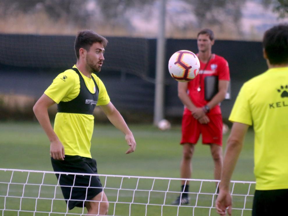 El centrocampista alicantino Moi Gómez durante el entrenamiento vespertino desarrollado por el Huesca este miércoles en el Instituto Montearagón.