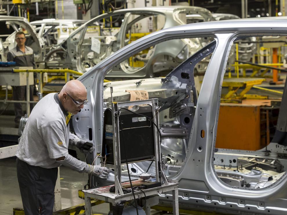 Un operario de Opel en la cadena de montaje en la planta de Figueruelas.