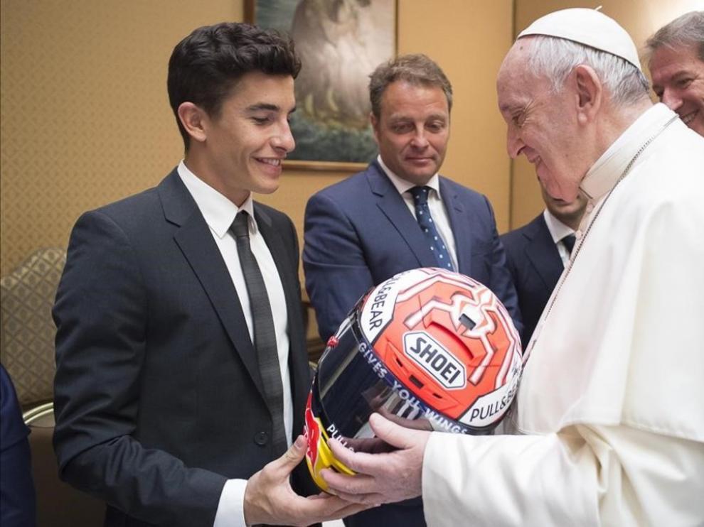 Marc Márquez le entrega un casco al Papa Francisco.