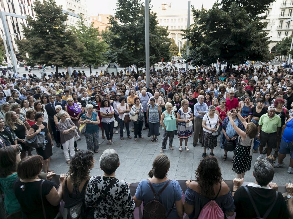 Numerosas personas se han concentrado tras el doble crimen de Zaragoza.