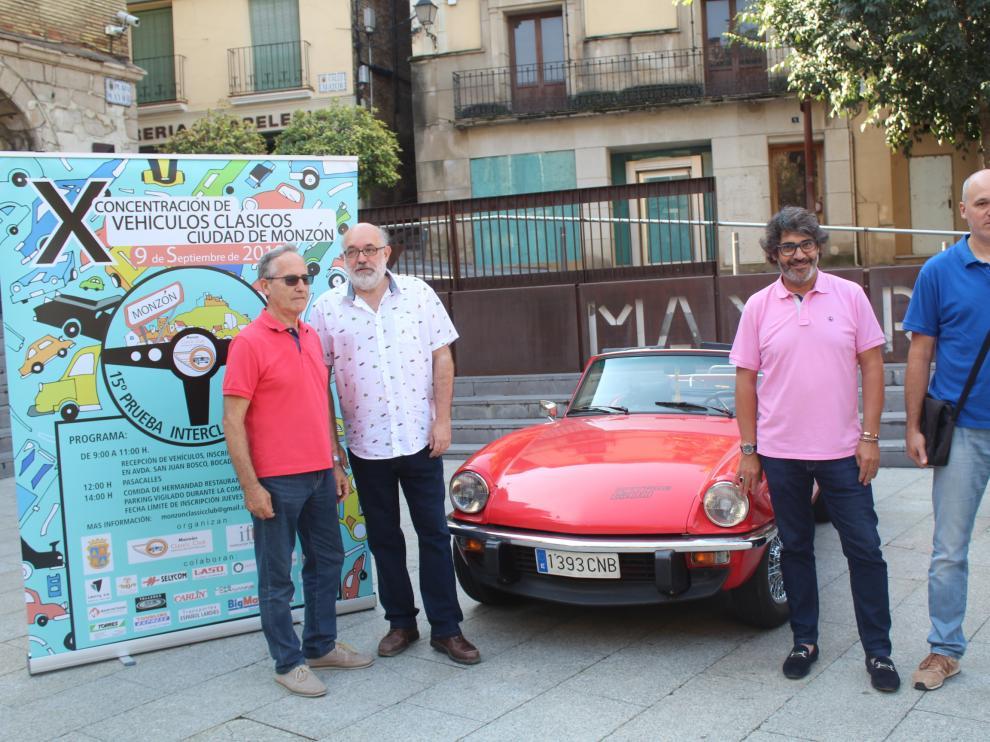 Nacho Orga, acompañado por miembros de la junta y el concejal de ferias, Vicente Guerrero, en la presentación del evento.