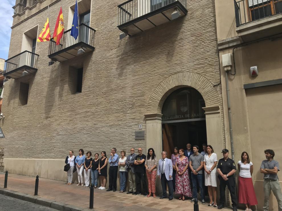Concentración en la puerta del edificio del Justicia de Aragón.