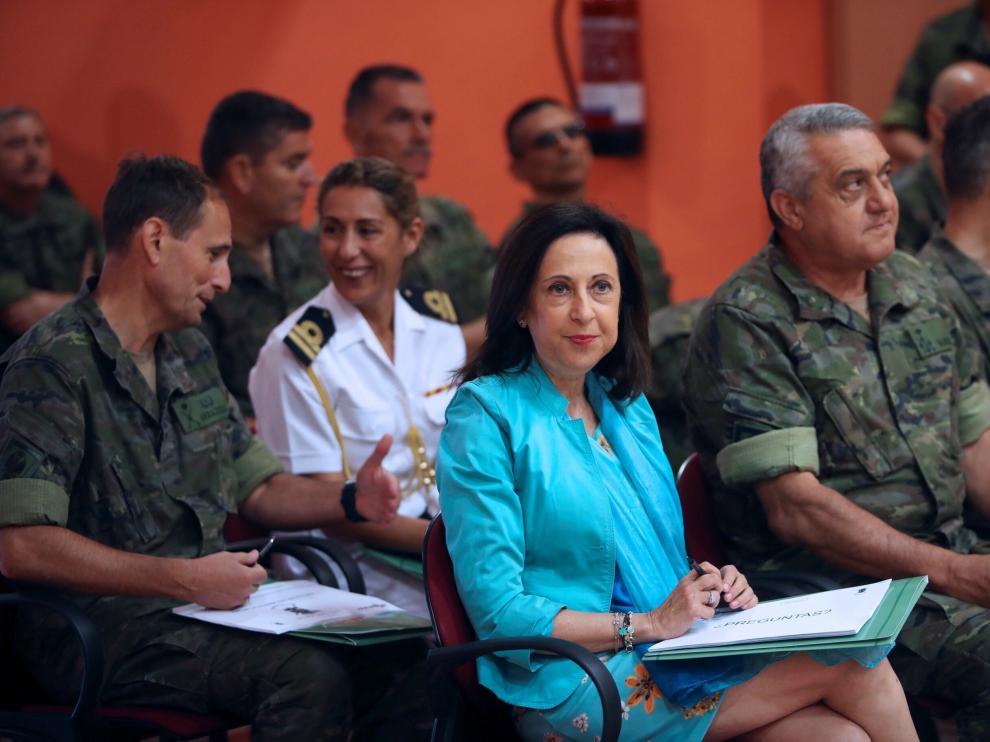 La ministra de Defensa, Margarita Robles, durante su visita a la Base San Jorge.