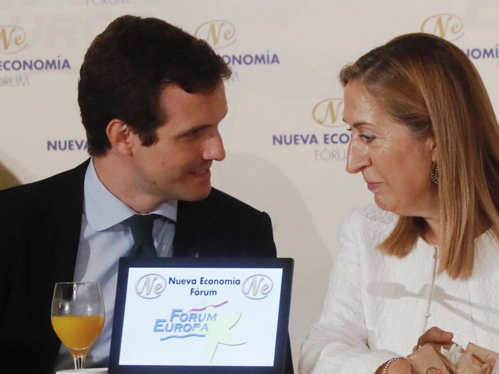 Pablo Casado junto a la presidenta del Congreso, Ana Pastor.