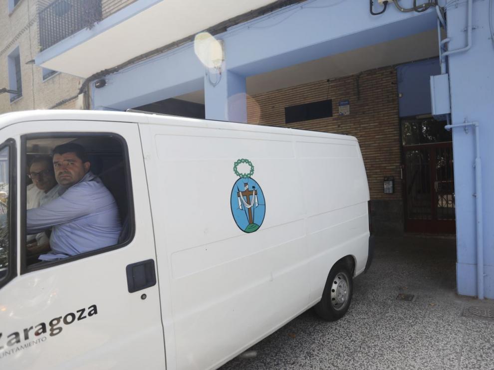 El furgón de la Sangre de Cristo sale con el cadáver de la madre del hombre que ha matado a su esposa en Zaragoza este jueves.