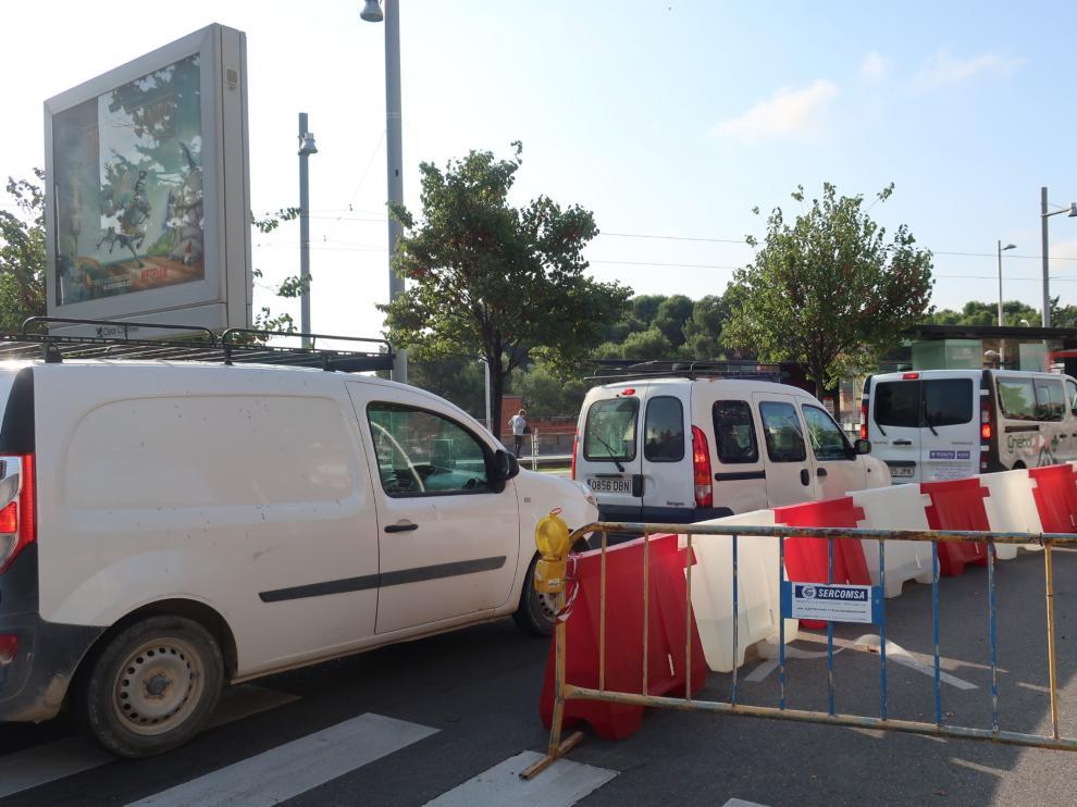Un carril cerrado al tráfico por obras de canalización en Vía Ibérica.