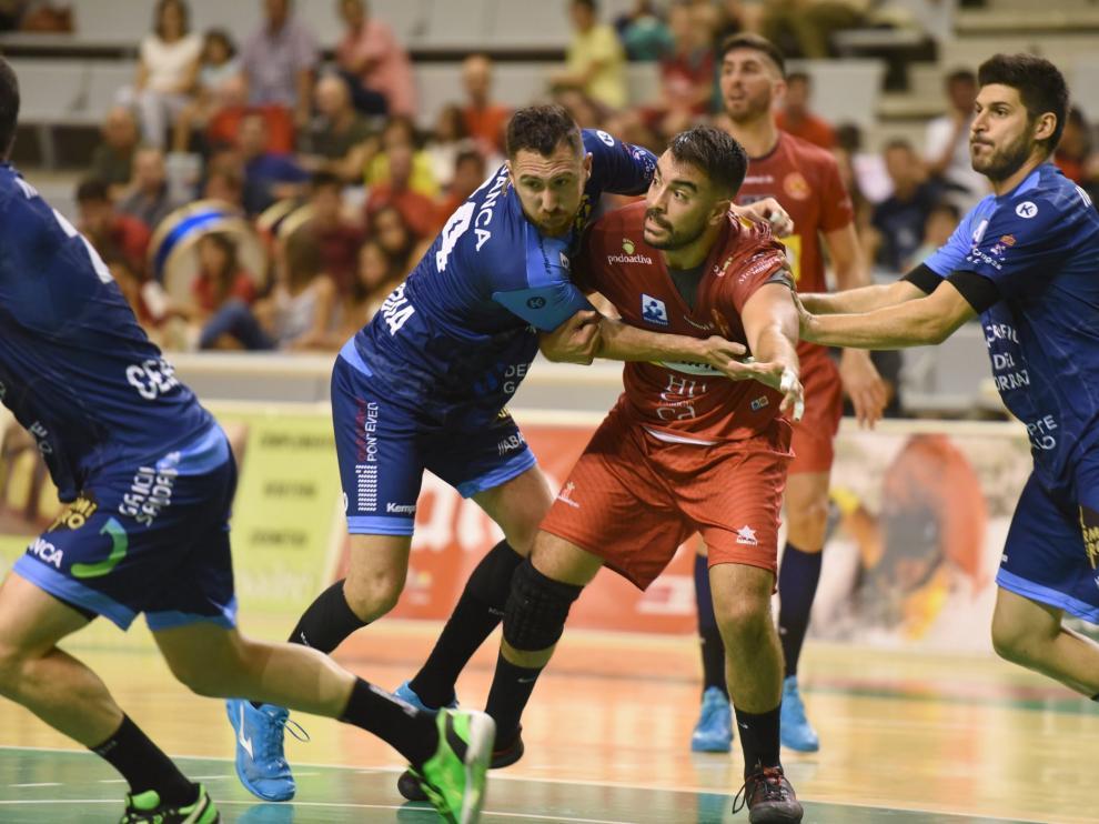 Gonzalo Carró pelea por la posición con un jugador del Cangas durante el partido de este viernes en el Palacio de los Deportes.