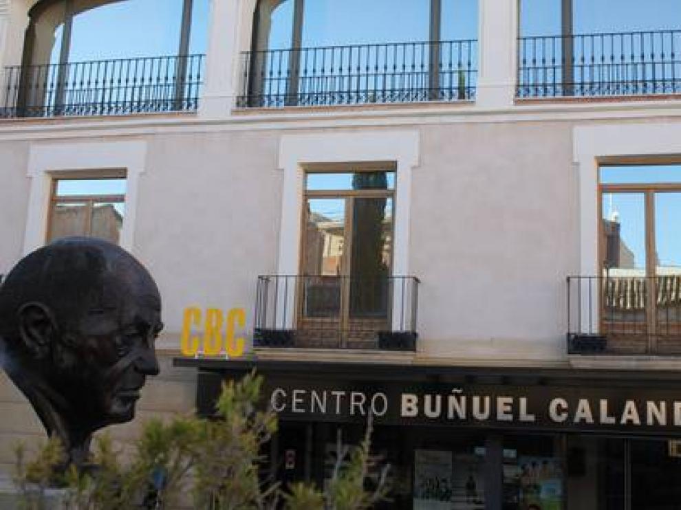 El Centro Buñuel Calanda se sitúa en la calle Mayor de la localidad.
