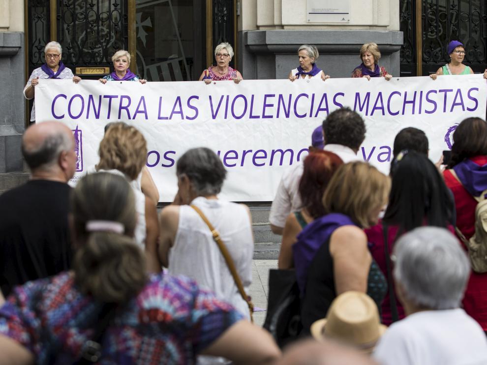 Concentración contra la violencia machista este jueves en la plaza de España de Zaragoza.