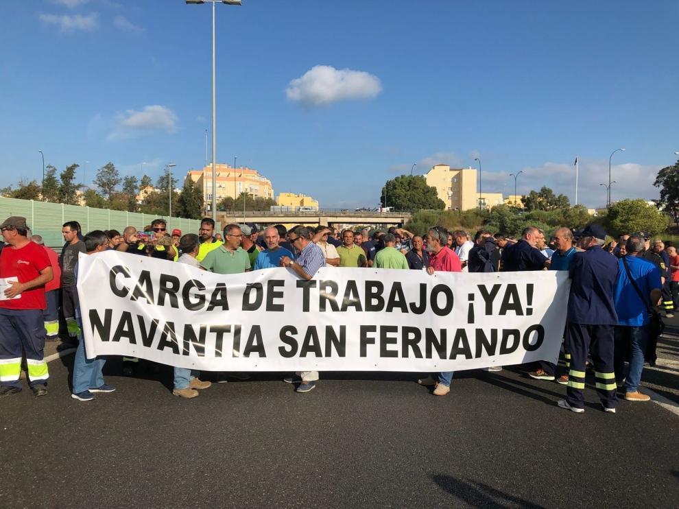 Los trabajadores del astillero de Navantia de San Fernando, Cádiz, han cortado la A-4 por temor a la pérdida del contrato.