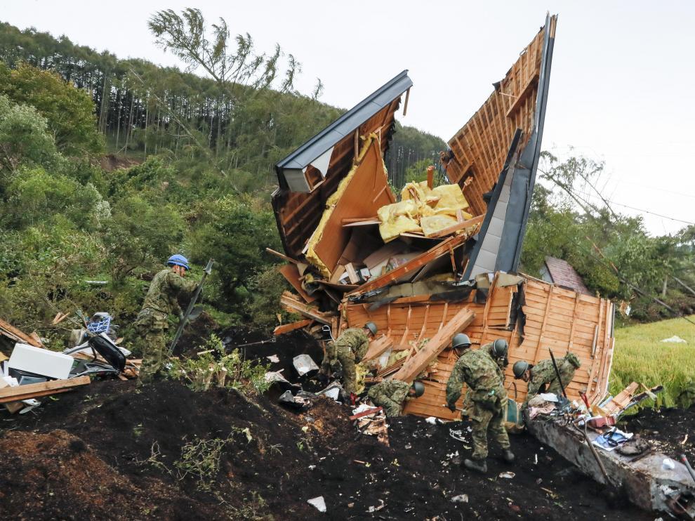 Personal de la Fuerza de Autodefensa en Tierra de Japón ayuda en la búsqueda de personas perdidas.