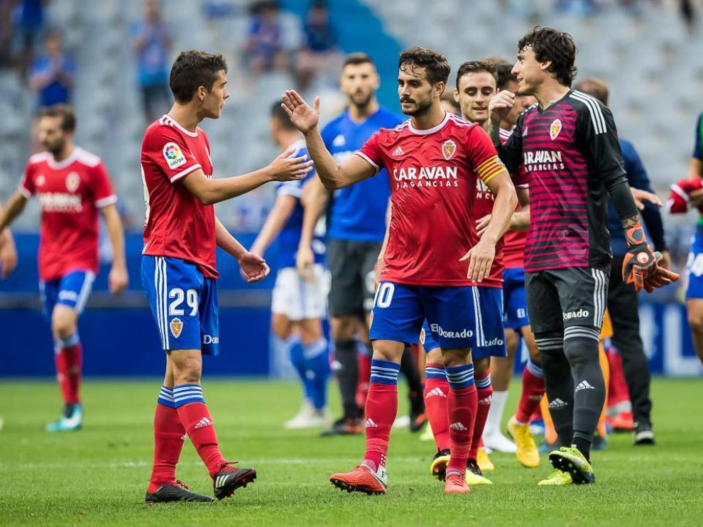 Los jugadores del Real Zaragoza celebran su triunfo en Oviedo.