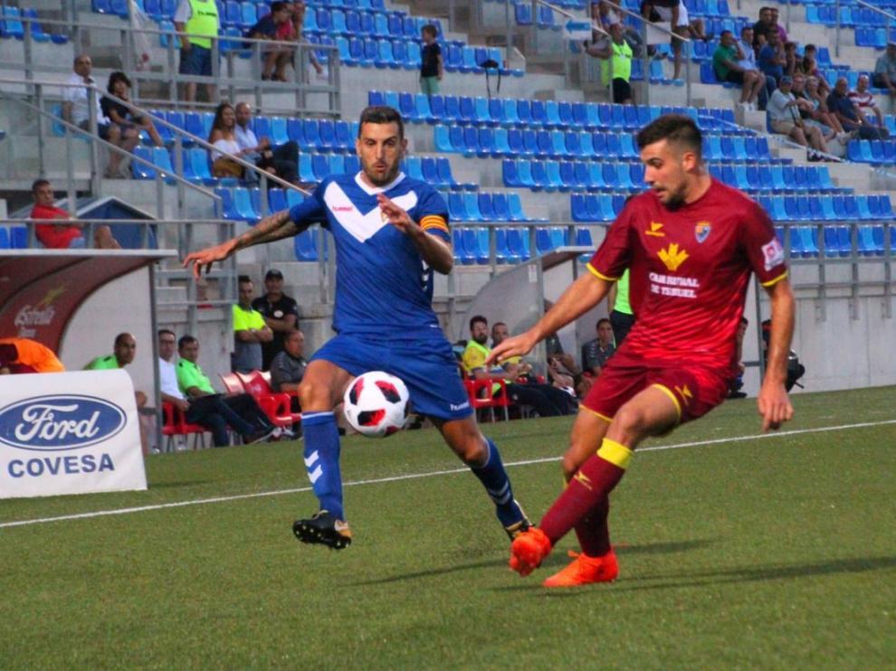 Un jugador del Teruel pugna por un balón en el partido disputado en Badalona.