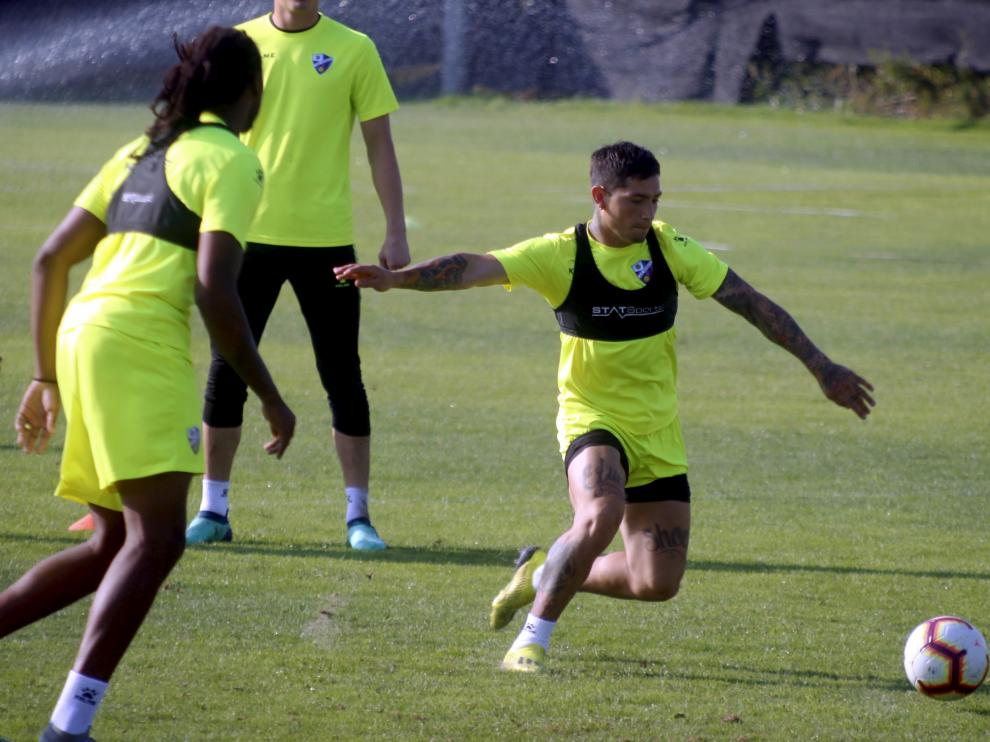 Chimy Ávila durante un momento del entrenamiento del Huesca que se ha desarrollado este sábado en el Instituto Montearagón.