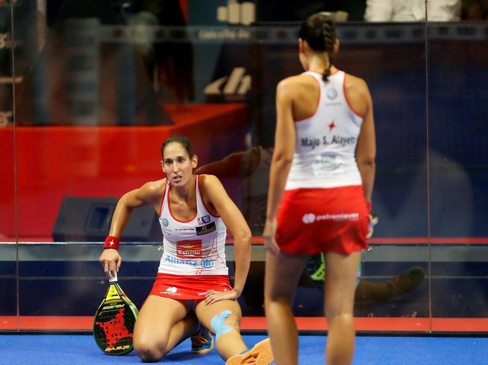 Majo (d) y Mapi (i) durante la final del torneo de Lugo, este domingo.