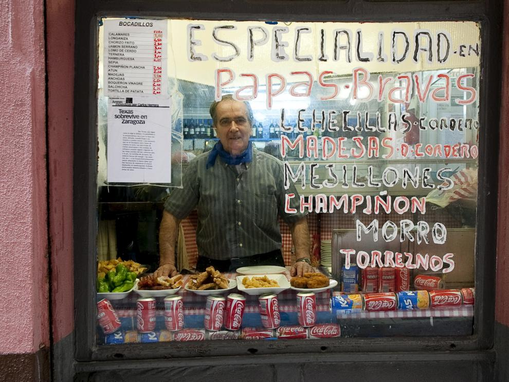 Juan Lería, tras la cristalera del bar Texas.