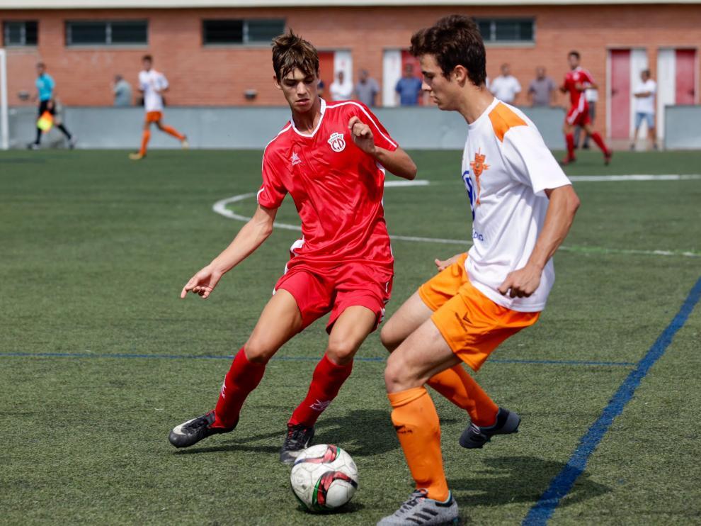 Juan Navarro, del San Gregorio, intenta tapar el avance de un jugador del Juventud