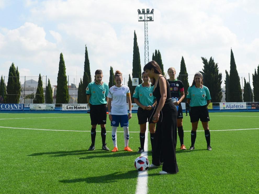 Eva Amaral realiza el saque de honor del Zaragoza Femenino-Mallorca ToppFotball.