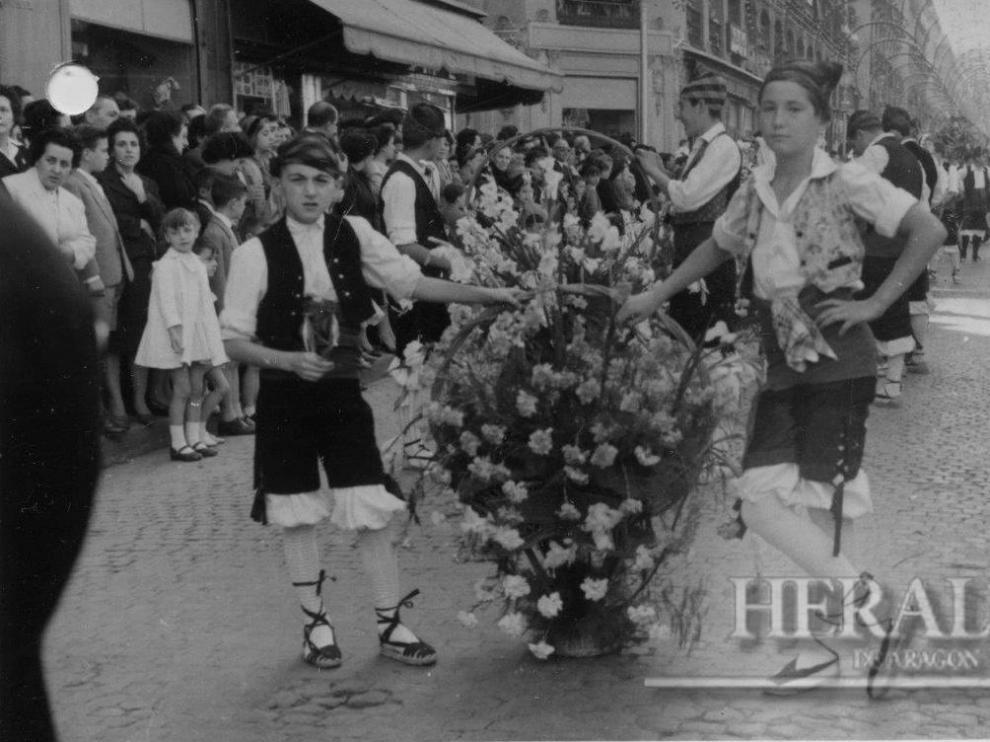 Ofrenda a la Virgen del Pilar en Zaragoza en 1958. La primera ofrenda de Flores de la historia.