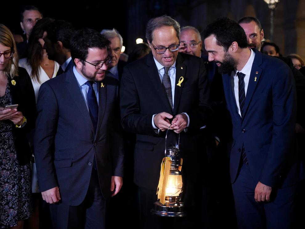 Torra recibe un farolillo con la Llama del Canigó, a las puertas de la sede parlamentaria.