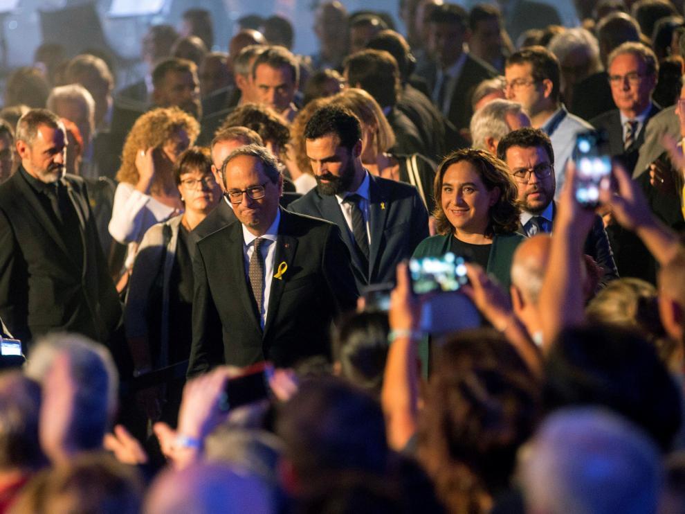 El presidente de la Generalitat, Quim Torra, junto a Ada Colau este lunes