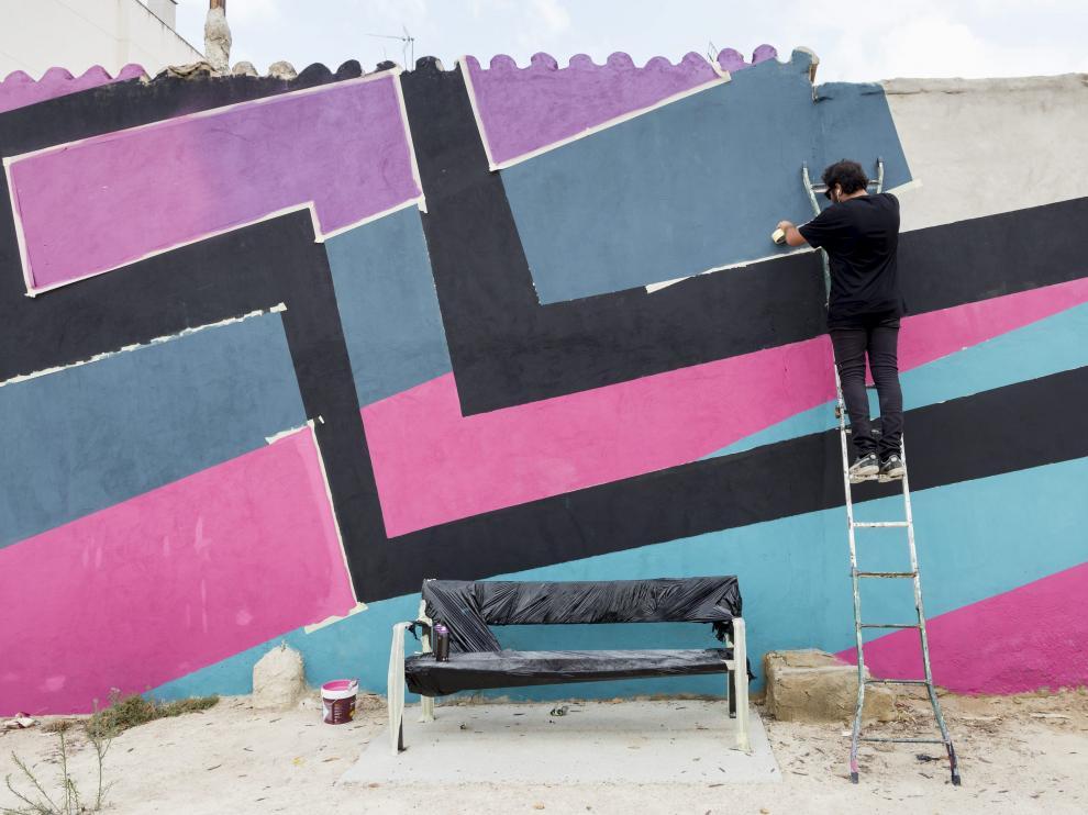 El artista Digo Diego, trabajando en su mural este lunes en el Barrio Oliver