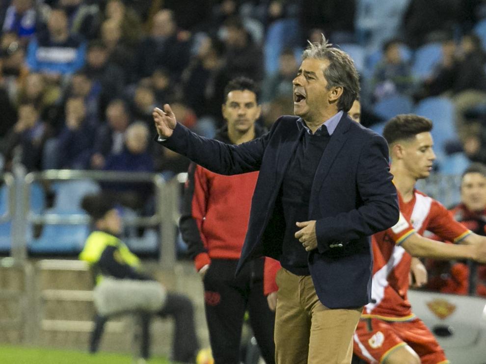 Natxo González dando instrucciones contra el Rayo Vallecano en liga el curso pasado.