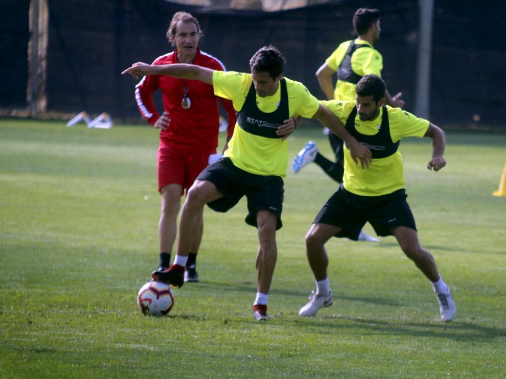 Etxeita, a la izquierda, disputa un balón con Sastre en el entrenamiento de esta mañana.