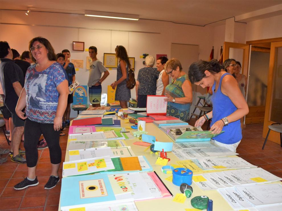 Exposición de trabajos y recuerdos de los alumnos realizada en Tolva en 2017 para conmemorar los 25 años de la reapertura de la escuela