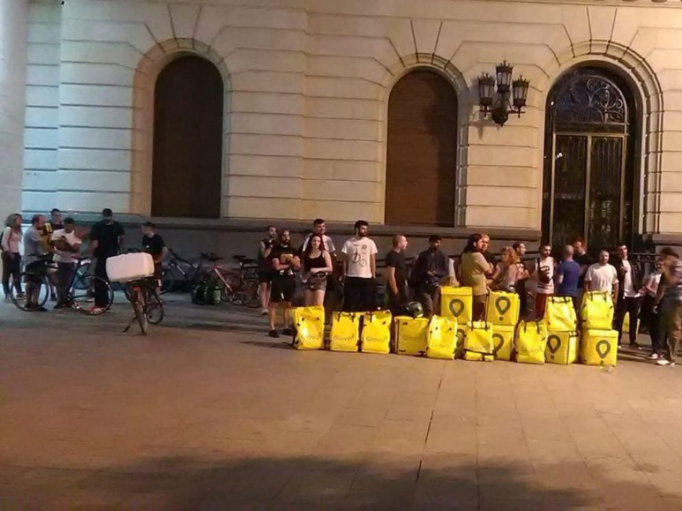 Trabajadores de Glovo se concentran en la plaza de España.