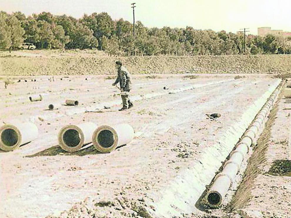 Un operario trabaja en las obras originales de El Alcoraz antes de su inauguración el 16 de enero de 1972.
