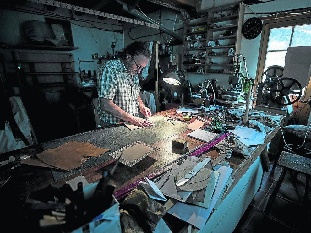 Santiago Lozano, artesano del cuero y la madera, trabaja en su taller de Boltaña.
