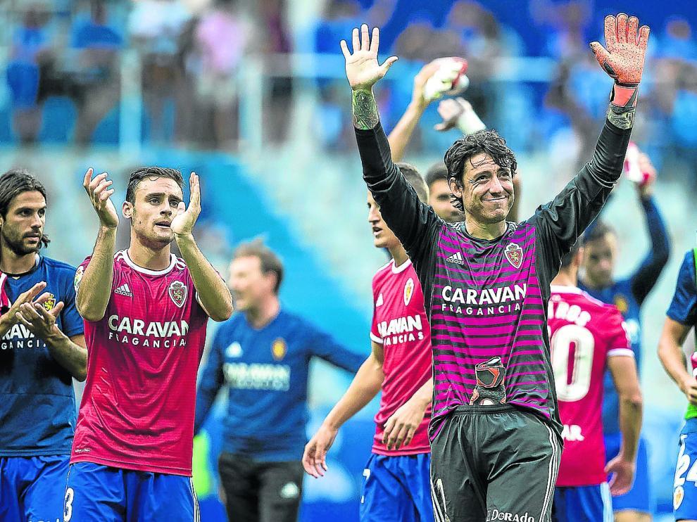 Dani Lasure, Cristian Álvarez y Marc Gual, en primer término, aplauden a los seguidores zaragocistas a la conclusión del encuentro en Oviedo.