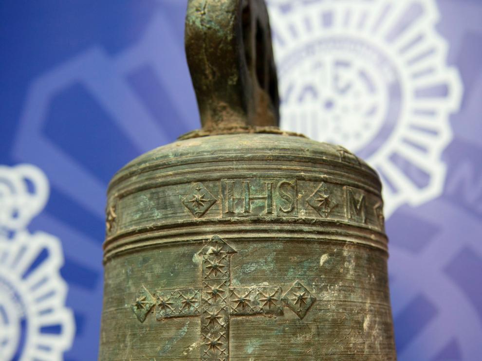 La campana de la Iglesia Parroquial de Santa María de la Asunción de Guadalcanal, del año 1667.