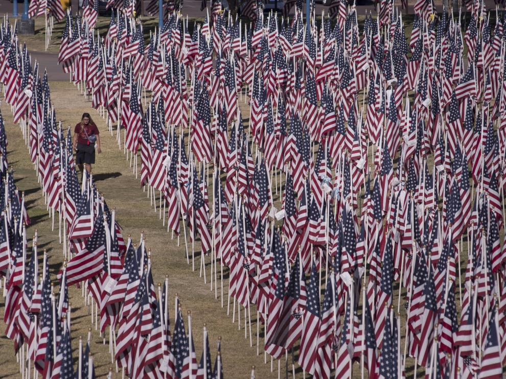 Vista de las banderas plantadas en memoria de las víctimas del 11-S, en Arizona.