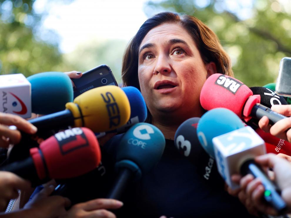 Ada Colau, atendiendo a los medios.