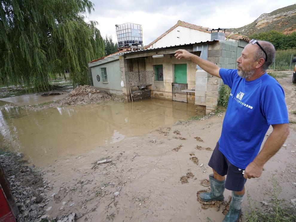 Ángel Alfambra muestra los daños por inundación tras las lluvias del fin de semana.