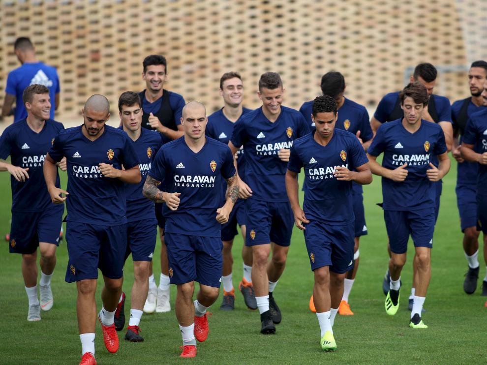 Verdasca, Pombo y Raí encabezan el calentamiento del Real Zaragoza, este martes, en la Ciudad Deportiva.
