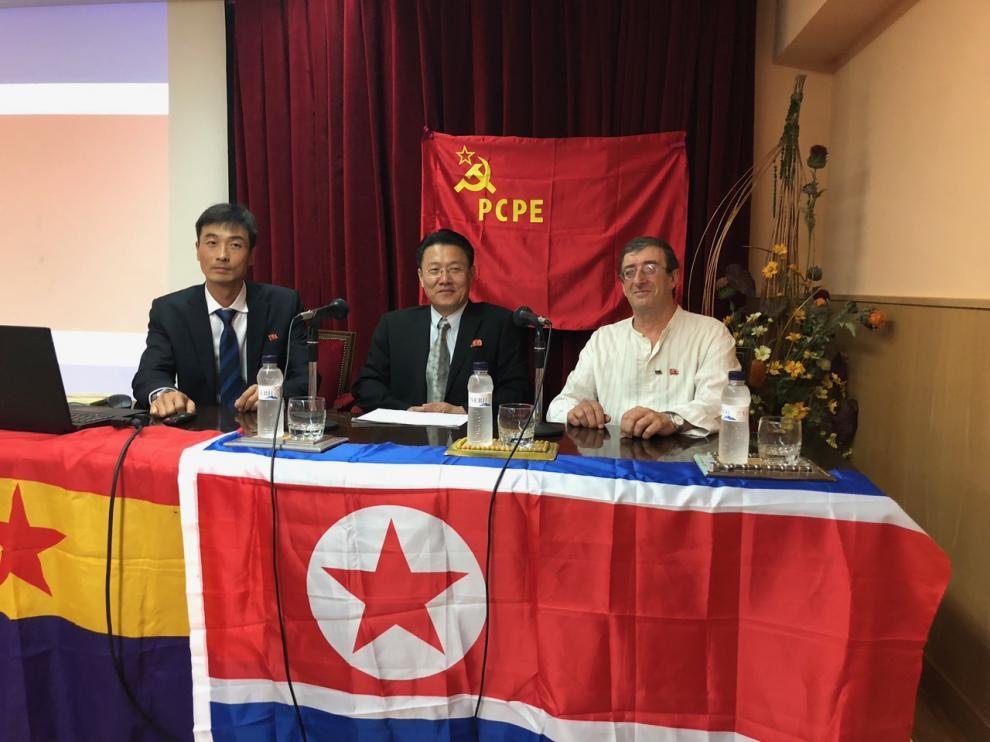 De izda a dcha: El diplomático So Yun Sok, encargado de negocios de la embajada de la República Popular Democrática de Corea, y el representante del Partido del Trabajo de Corea para Europa Occidental, Kwang So, junto a Luis Izquierdo de PCPE.