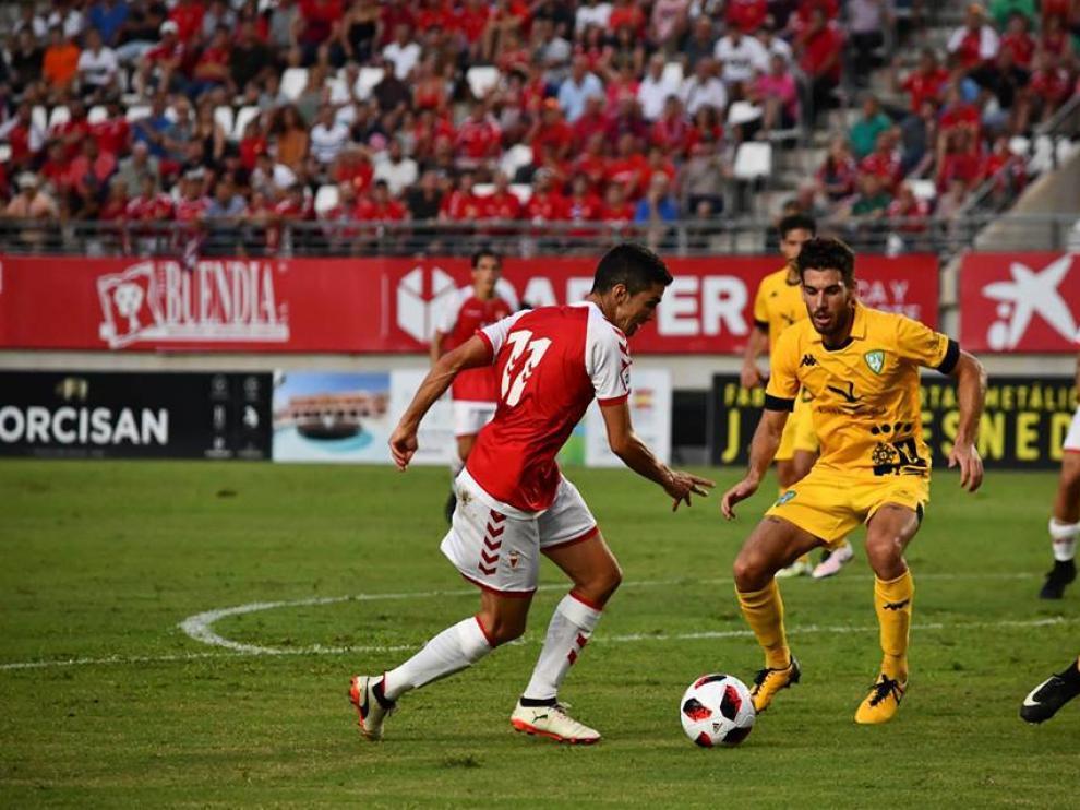 Jesús Alfaro se intenta marchar de un jugador del Villanovense