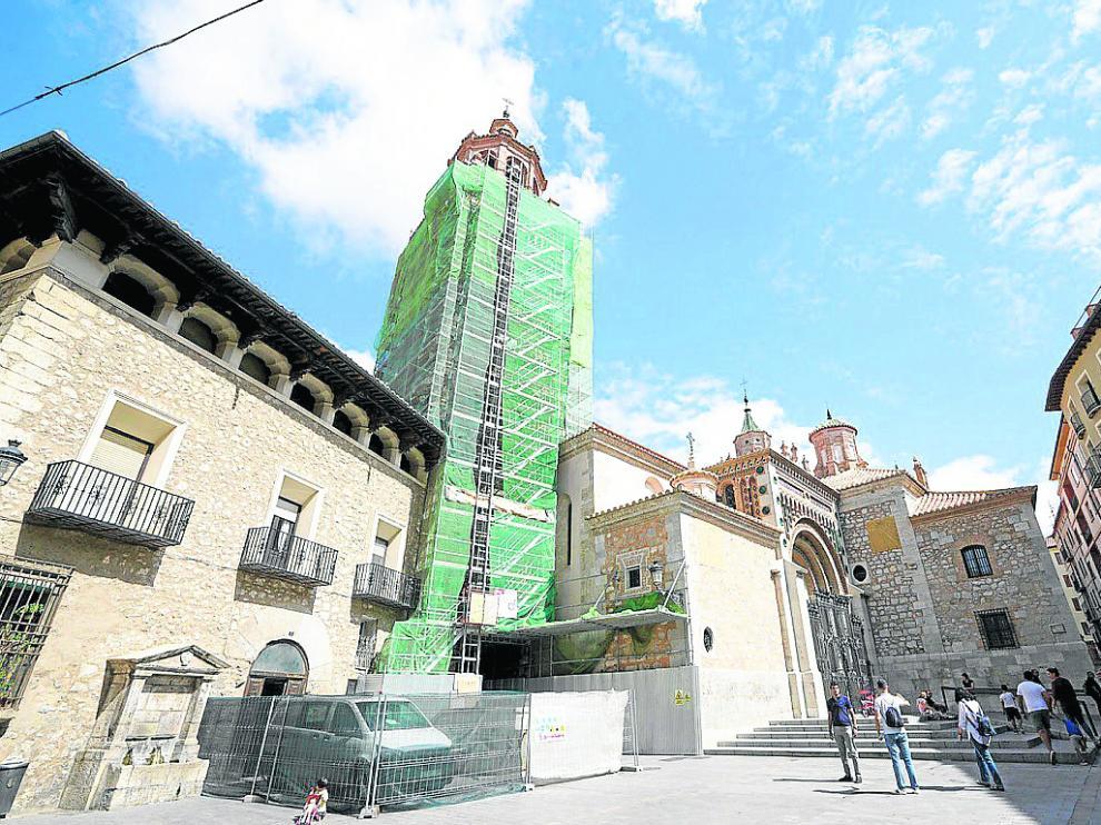 La torre de la Catedral, en la foto, lleva casi dos años cubierta por andamios.