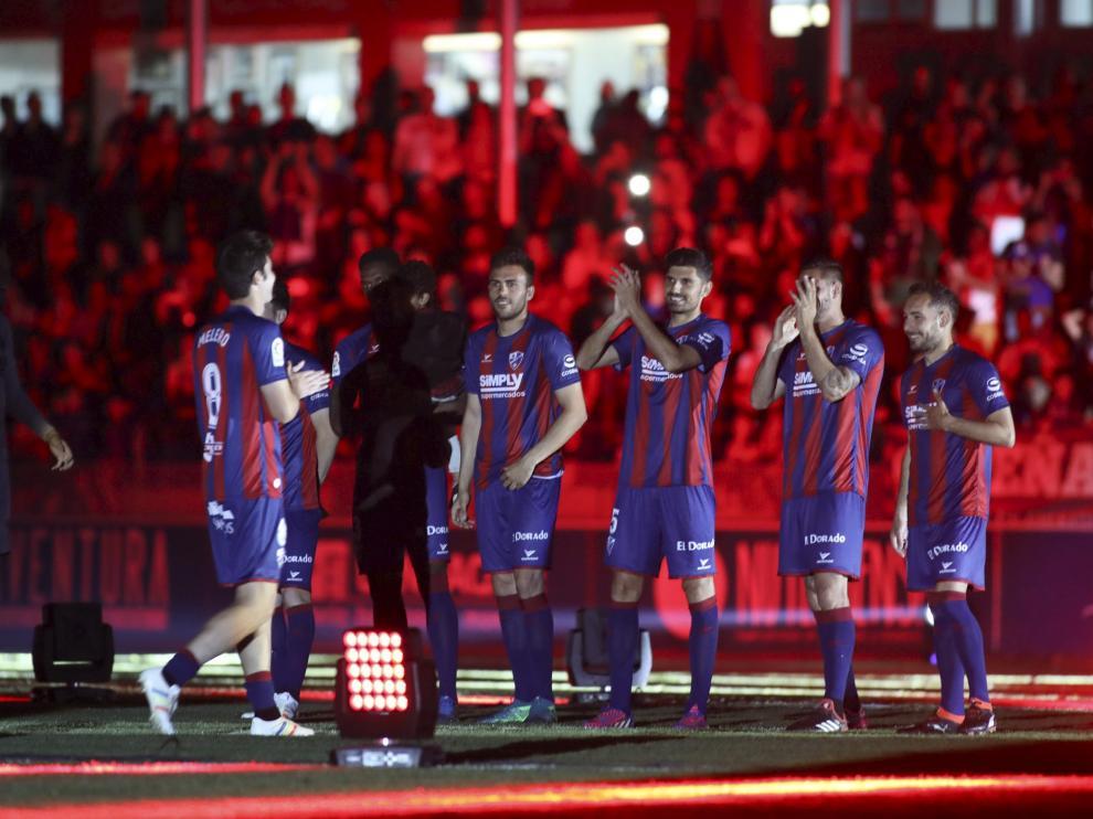 Los futbolistas del Huesca celebran en El Alcoraz el ascenso a Primera.