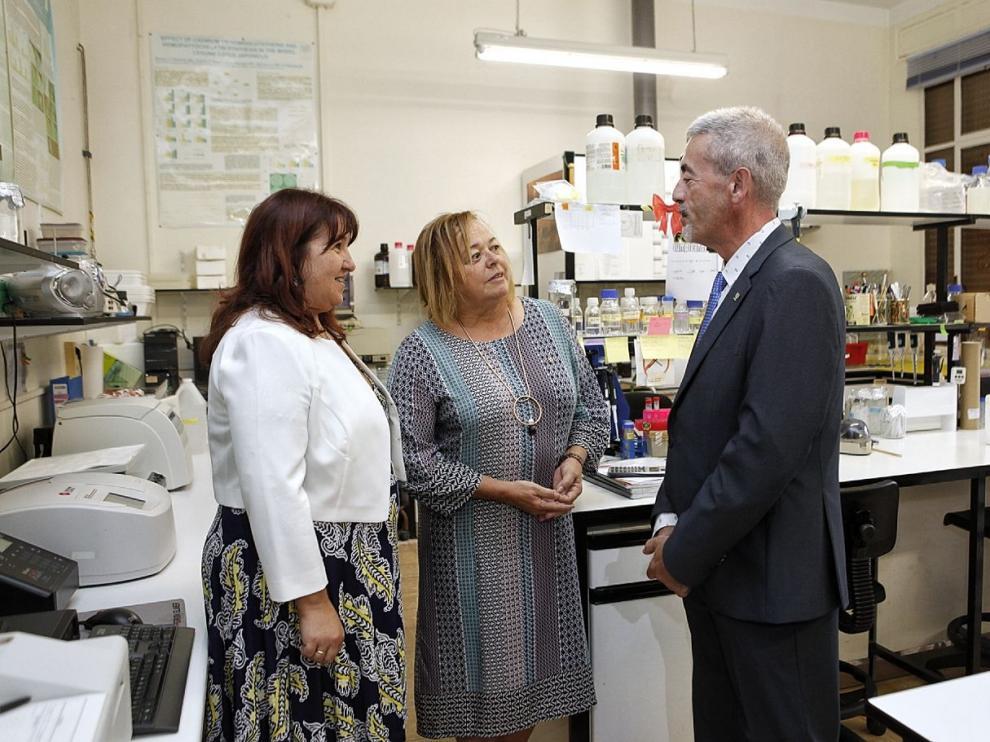 La presidenta del CSIC, Rosa Menéndez (en el centro) acompañada por la delegada en Aragón del CSIC, María Jesús Lázaro, y el director de la Estación Experimental Aula Dei, Jesús Val, durante su visita a estas instalaciones.