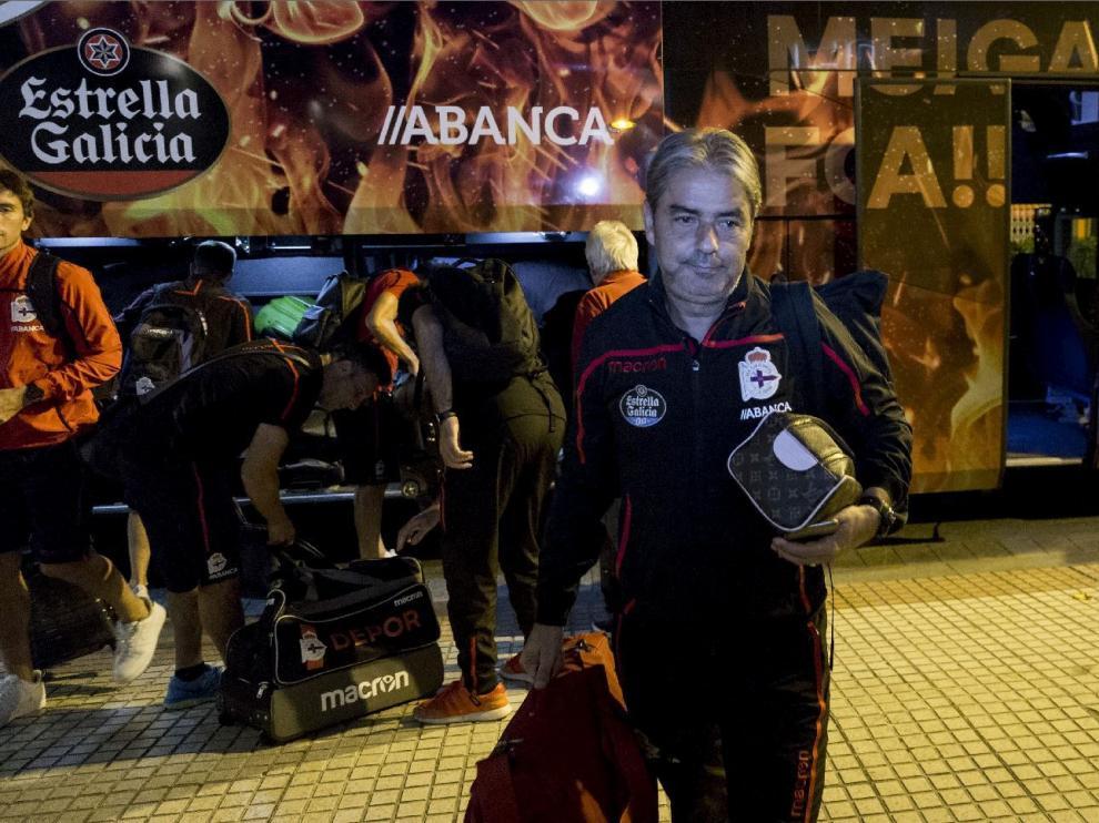 Natxo González, con gesto torcido a su llegada a Zaragoza al frente del Deportivo de La Coruña, en la puerta del hotel, este martes por la noche.
