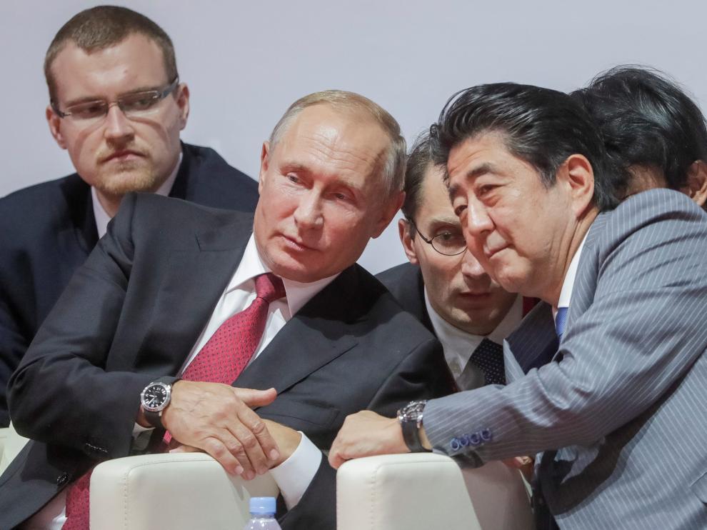 Vladimir Putin y Shinzo Abe durante un torneo internacional de judo.