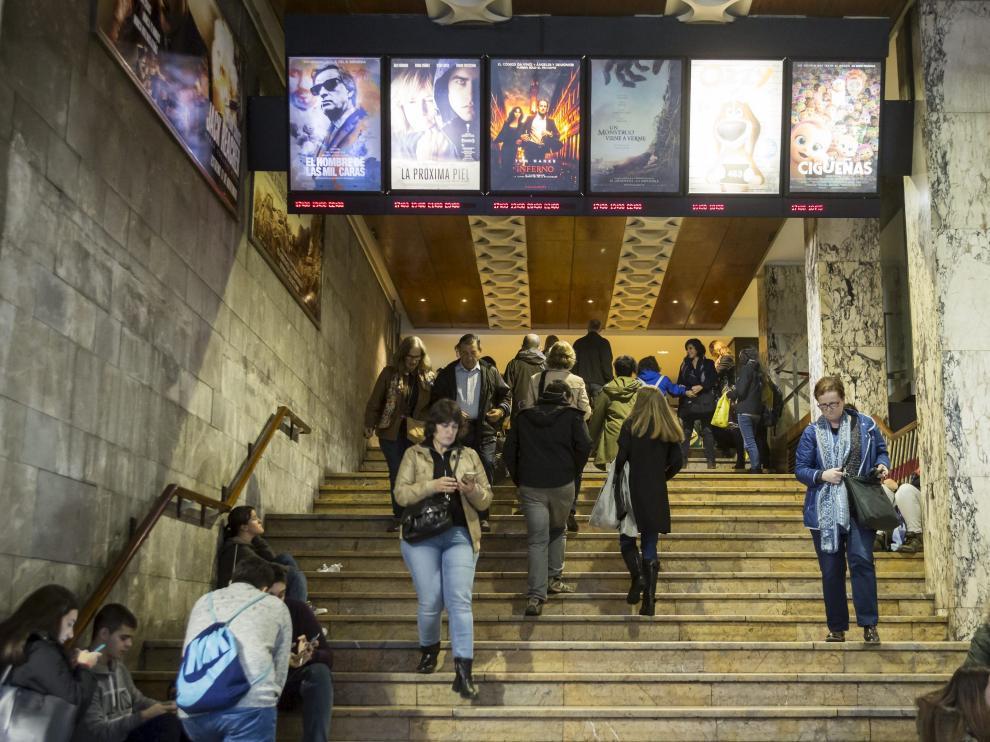 Espectadores en las escaleras del Cine Palafox.