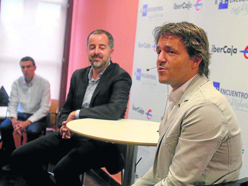 Josete Ortas (derecha), junto con Ángel Alonso (delegado de la agencia EFE en Aragón), en el desayuno informativo de este miércoles.