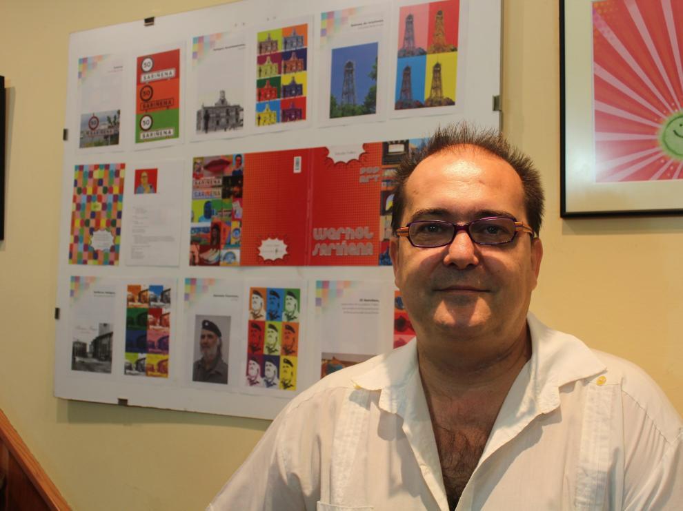 Salvador Trallero frente a uno de los panales de la exposición.